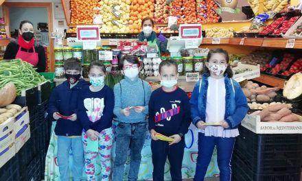 El alumnado del CEIP Andalucía arropa al comercio local
