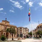 VÍDEO | Linares instala tres grandes banderas en puntos simbólicos de la ciudad