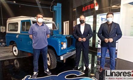 VÍDEO | Un Land Rover Santana lucirá restaurado en la rotonda del Paseo de Linarejos